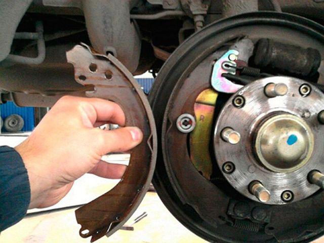 Скрежет, стук, скрип в переднем колесе при движении – что это может быть?