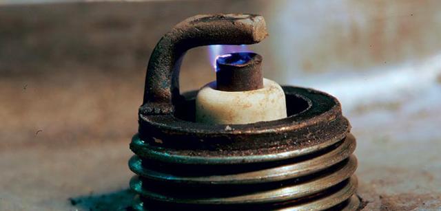 Какой зазор должен быть на свечах зажигания, и как его отрегулировать при необходимости?