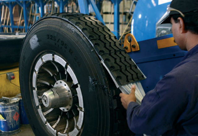 Восстановление протектора шин и нарезка протектора: возвращаем протектор.