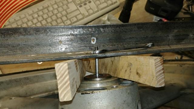 Как выпрессовать подшипники из ступицы колеса при помощи сварочного электрода