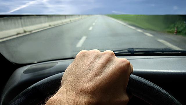 Почему машина дергается: при движении, на малых оборотах, разгоне и переключении передач.