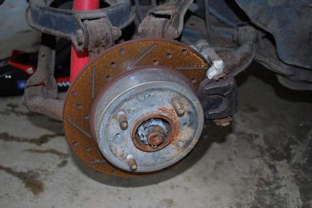Бьет педаль тормоза при торможении: причины, способы исправления
