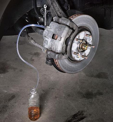 Почему проваливается педаль тормоза при работающем двигателе? Несколько возможных причин