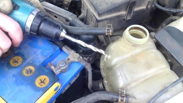 Чем заклеить бачок омывателя – Как заклеить бачок омывателя автомобиля