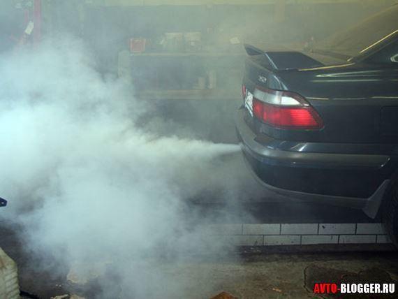 Белый дым из выхлопной трубы бензинового, дизельного двигателя при запуске и на прогретом двигателе