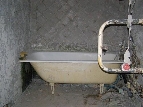 Как демонтировать и вывезти старую чугунную ванну из ванной комнаты
