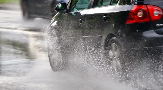 Аквапланирование автомобиля, что это такоке, за счет чего достигается эффект, в чем опасность