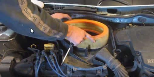 Как заменить воздушный фильтр Рено Логан 1.6 на 8 и 16 клапанов
