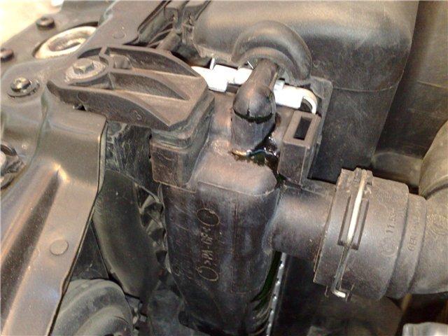 Выдавливает и выбрасывает тосол из расширительного бачка ВАЗ-2114