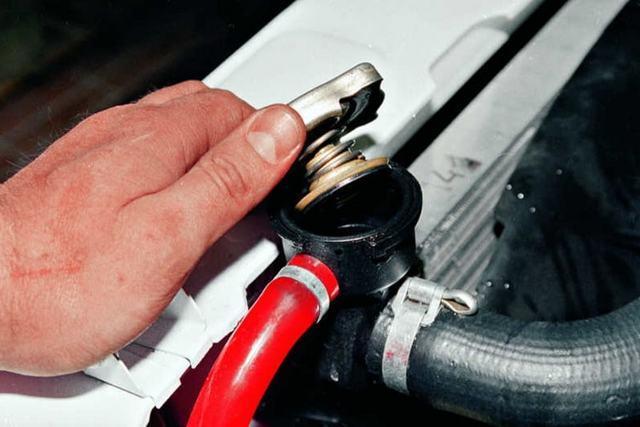 Как заменить антифриз на автомобиле своими руками?