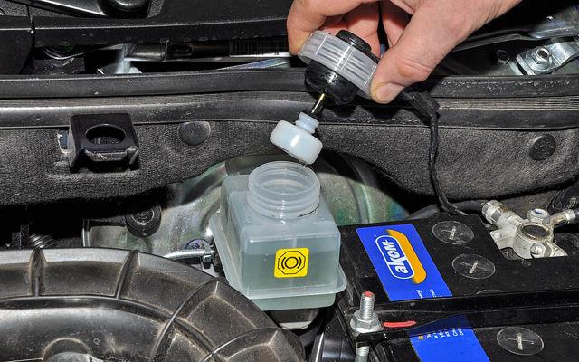 Как часто менять тормозную жидкость и зачем это делать