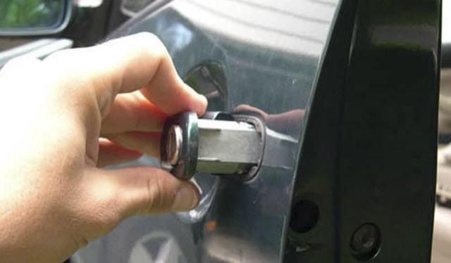 Как отремонтировать провисшую водительскую дверь: замена дверных петель