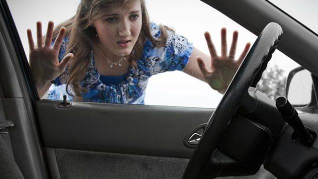 Как открыть машину, если ключи остались в машине