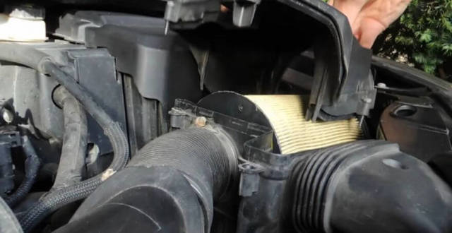 Как заменить воздушный фильтр на Форд Фокус 2